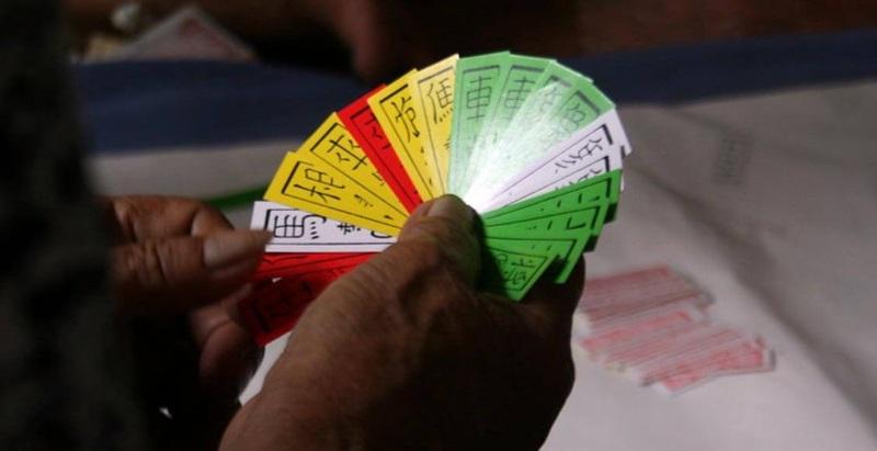 Để có thể chơi bài Tứ Sắc thì bạn phải chuẩn bị một bộ bài cùng những người chơi