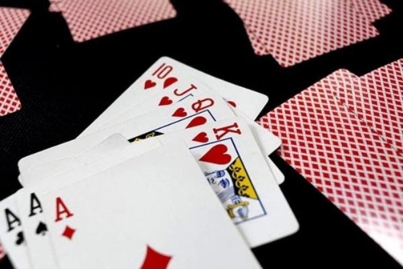 Khi bắt đầu chia bài ngoài việc nhận bài, xếp bài của mình bạn nên quan sát và dự đoán bài của đối thủ